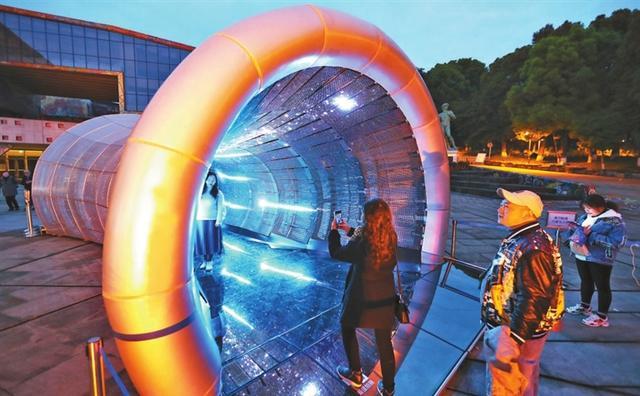 """""""虫洞""""惊现重庆大学城 艺术家和照明设计师带你""""穿越"""""""