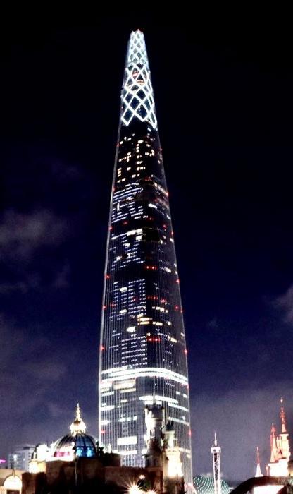 韩国555米最高大楼打出中文字幕:武汉加油.jpg