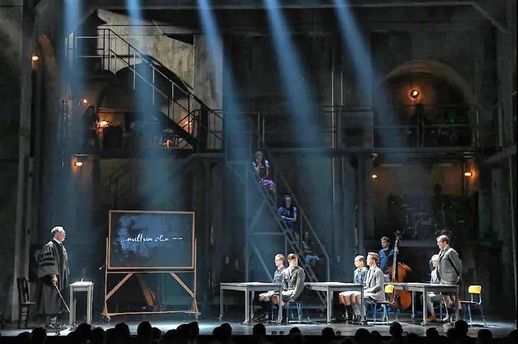 灯光设计在舞台空间中的表现手段3.jpg