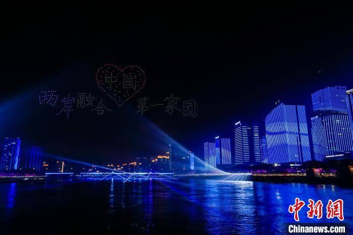 一场由无人机、焰火、灯光、音乐融合的表演秀照亮福建省福州市闽江两岸。 主办方供图