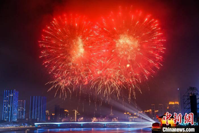 一场由无人机、焰火、灯光、音乐融合的表演秀在福州市上演。 主办方供图
